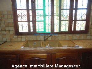 location-grand-appartement-vide-centre-ville-diego-suarez5.jpg
